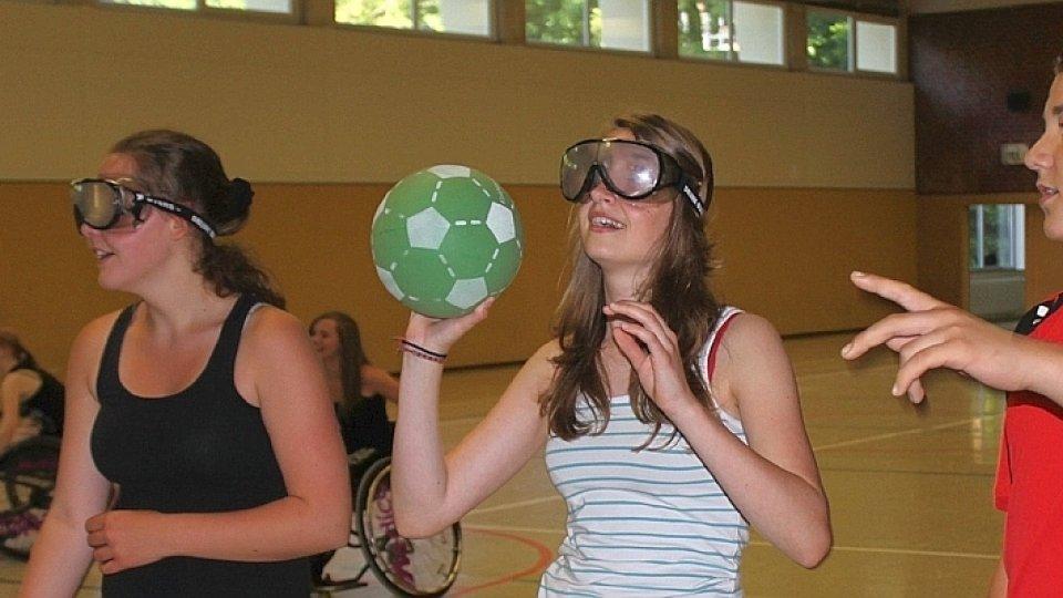 Jouer au basket avec lunettes alcool
